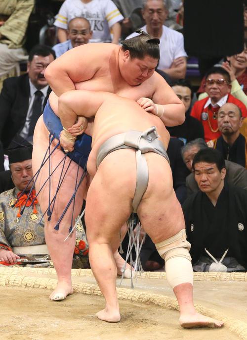 逸ノ城(左奥)に寄り切りで勝利する北勝富士(撮影・栗木一考)