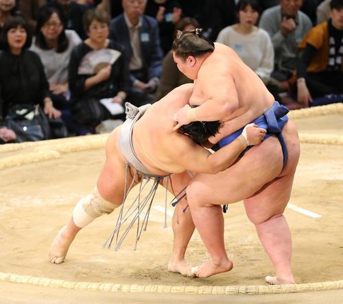 北勝富士(左)は寄りきりで逸ノ城を下す(撮影・菊川光一)