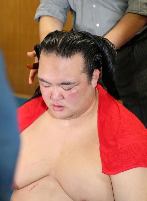 髪を洗った稀勢の里(撮影・鈴木正人)