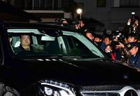 打ち出し後に部屋に戻った稀勢の里は詰め掛けた大勢の報道陣を前に車で引き揚げた(2019年1月15日撮影)
