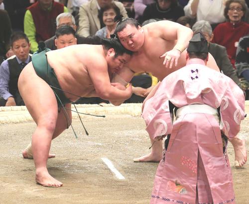 錦木(左)をを激しく攻める白鵬(撮影・鈴木正人)