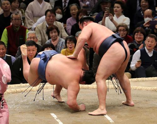 正代(左)をはたき込みで破る鶴竜(撮影・鈴木正人)