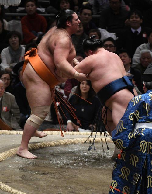 魁聖(左)を押し出しで破る玉鷲(撮影・渦原淳)