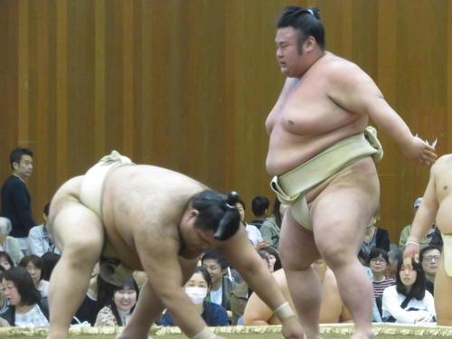 大関同士の申し合い稽古で高安(左)を引き落とす貴景勝