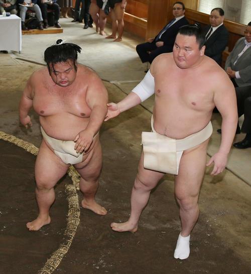 貴景勝(左)を支える白鵬(撮影・河田真司)