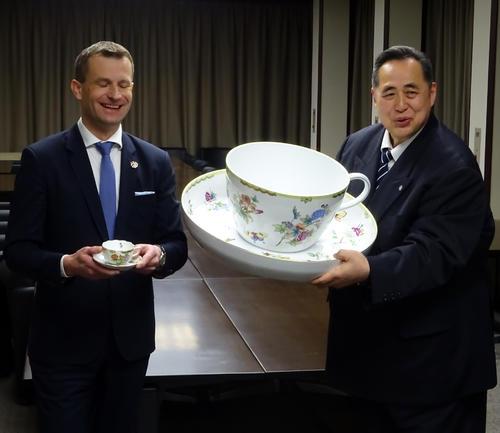 通常サイズのティーカップを持つハンガリーのパラノビチ特命全権大使と、超特大サイズの新ハンガリー友好杯を持つ芝田山親方(撮影・加藤裕一)