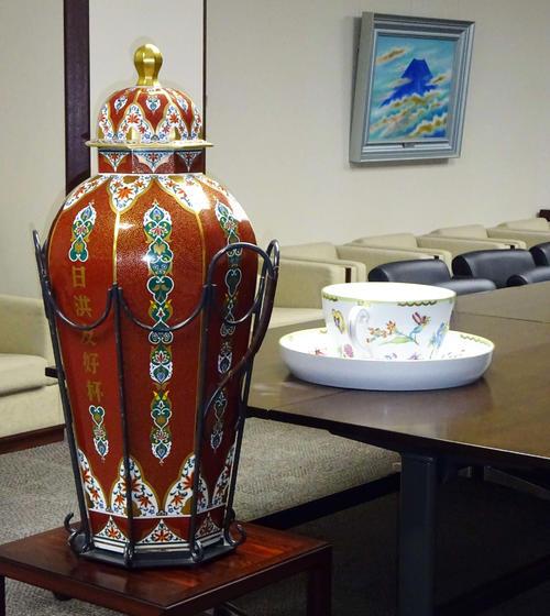 約33年間のお務めを終えて引退し、相撲博物館に寄贈されるハンガリー友好杯。右奥が夏場所でデビューする新ハンガリー友好杯(撮影・加藤裕一)