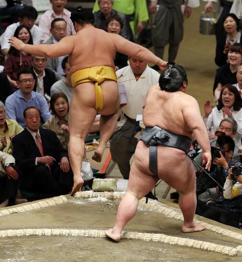 遠藤(左)を押し出しで破る貴景勝(撮影・鈴木正人)