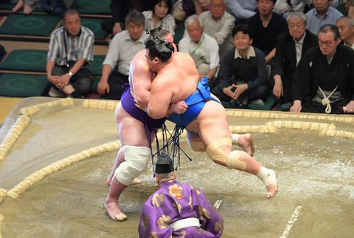 栃ノ心(左)は土俵際で耐えた後、琴奨菊をつり上げてそのまま寄り切る(撮影・加藤諒)