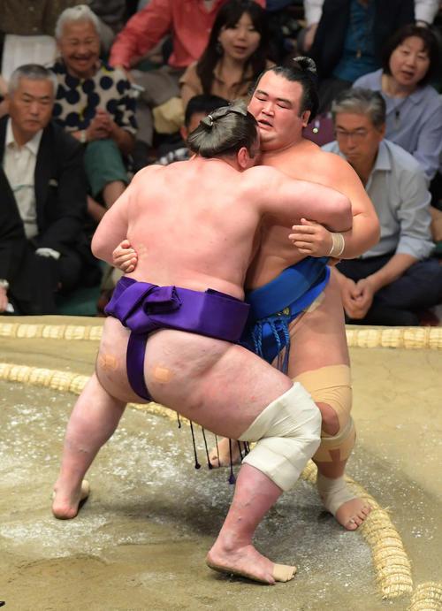 琴奨菊(左)は寄り切りで栃ノ心に敗れる(撮影・加藤諒)