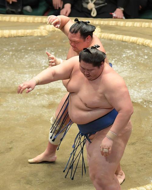 北勝富士(奥)は逸ノ城を押し出しで下す(撮影・加藤諒)
