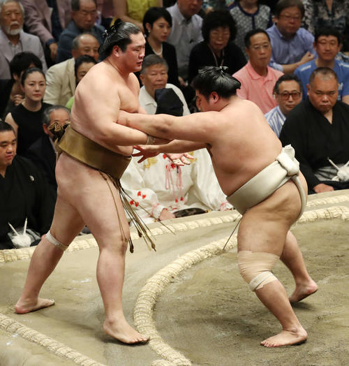 輝(左)を押し出す志摩ノ海(撮影・河野匠)
