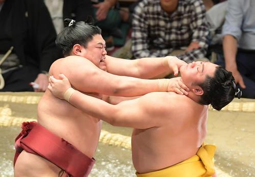 遠藤(右)は押し出しで阿炎に敗れる(撮影・加藤諒)