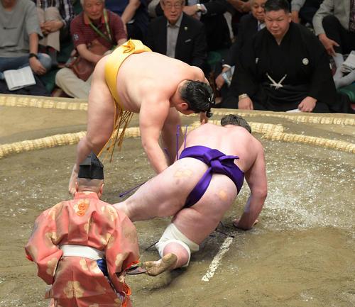遠藤(左)は上手出し投げで栃ノ心を下す(撮影・加藤諒)