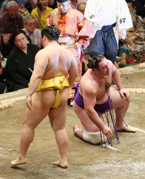 遠藤(左)に敗れ、ぼうぜんとする栃ノ心(撮影・河野匠)