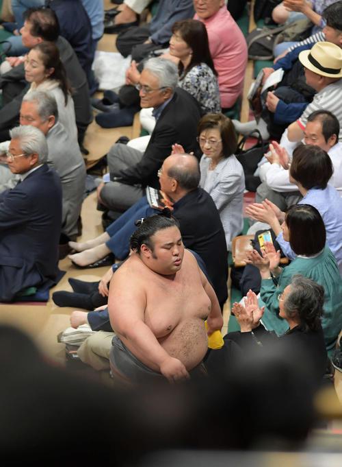 貴景勝(右)ははたき込みで碧山に敗れ、土俵を後にする(撮影・加藤諒)
