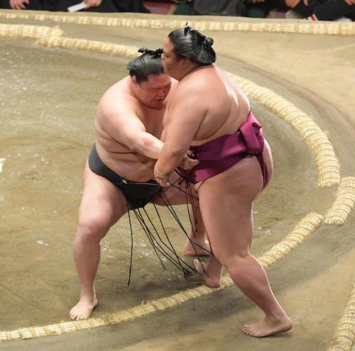 豪栄道(左)は寄り切りで御嶽海を下す(撮影・加藤諒)