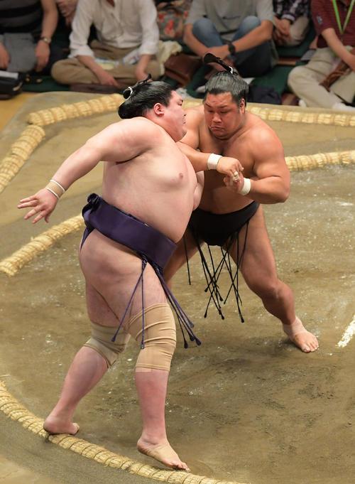 松鳳山(右)は押し出しで矢後を下す(撮影・加藤諒)