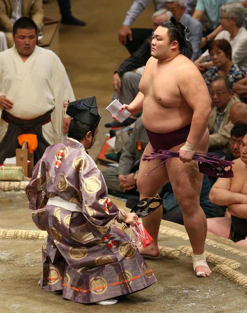 宝富士を下し懸賞を手にする朝乃山(撮影・河野匠)
