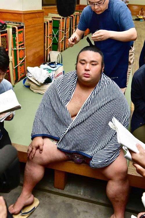 再出場の貴景勝は碧山に敗れ支度部屋で右膝に手をやりながら髪を整える(撮影・小沢裕)