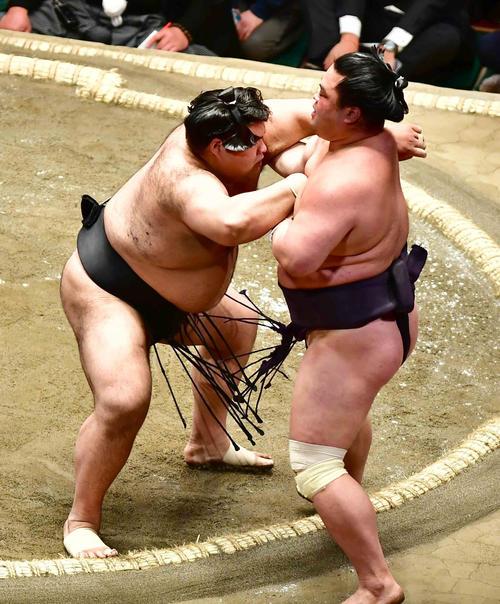 高安(左)は妙義龍を寄り切りで下す(撮影・小沢裕)
