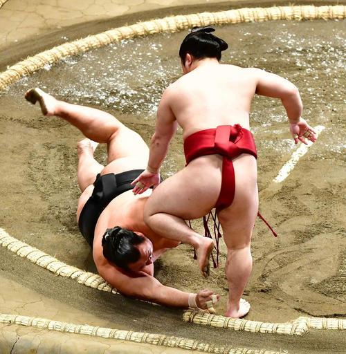 炎鵬は豊ノ島(左)をはたき込みで下す(撮影・小沢裕)
