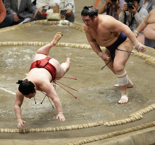 炎鵬(左)をはたき込みで下す栃煌山(撮影・中島郁夫)