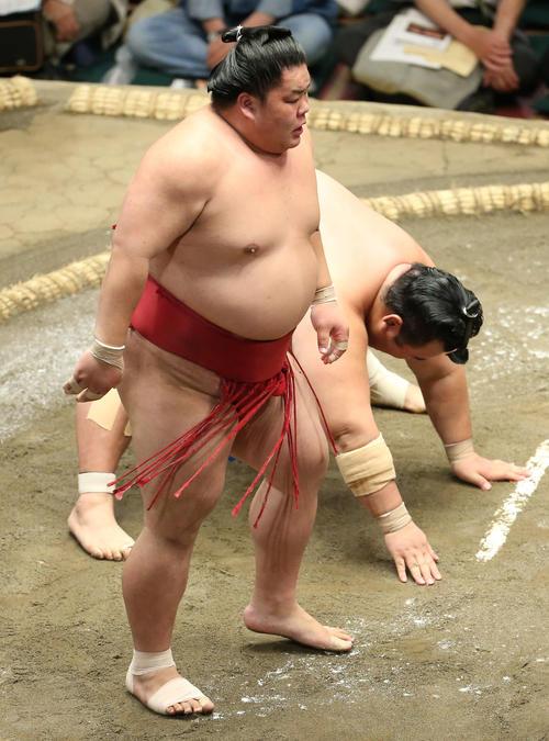 琴奨菊(奥)を引き落としで破る大栄翔(撮影・河田真司)