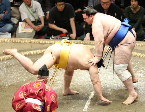 遠藤(左)をはたき込みで破る碧山(撮影・河田真司)