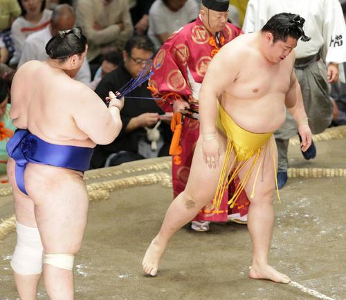 碧山(左)に敗れた遠藤(撮影・中島郁夫)