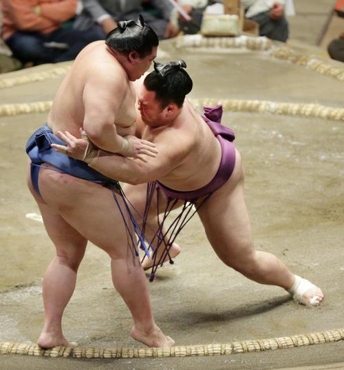 正代(左)を寄り切りで下した朝乃山(撮影・中島郁夫)