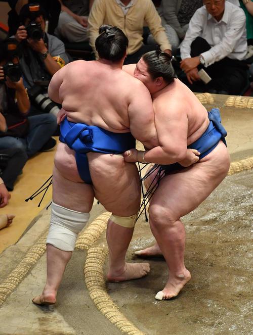 逸ノ城(右)は碧山を寄り切りで破る(撮影・柴田隆二)