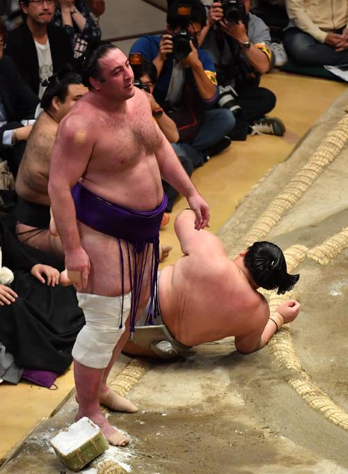 栃ノ心(左)は明生に寄り切りで敗れる(撮影・柴田隆二)