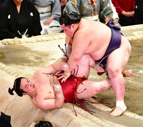 炎鵬(左)は寄り倒しで阿武咲に敗れる(撮影・小沢裕)