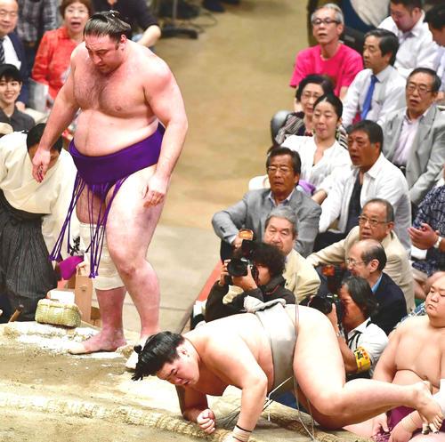 栃ノ心(左)は寄り切りで明生に敗れる(撮影・小沢裕)