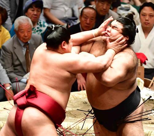 高安(右)は阿炎に立ち合いで強烈な突き押しを受ける(撮影・小沢裕)