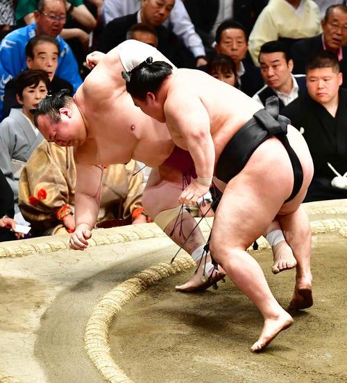豪栄道(右)は寄り倒しで宝富士を下す(撮影・小沢裕)