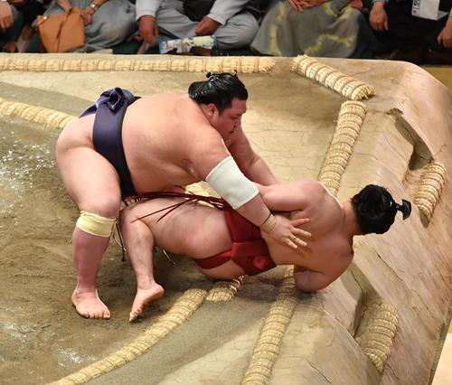 阿武咲(左)は炎鵬を寄り倒しで破る(撮影・柴田隆二)