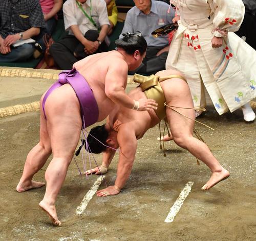 嘉風(左)は石浦をはたき込みで破る(撮影・柴田隆二)