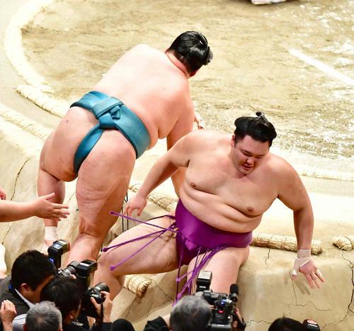 朝乃山(右)は玉鷲に押し出しで敗れる(撮影・小沢裕)