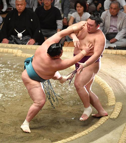 玉鷲(左)は朝乃山を押し出しで破る(撮影・柴田隆二)
