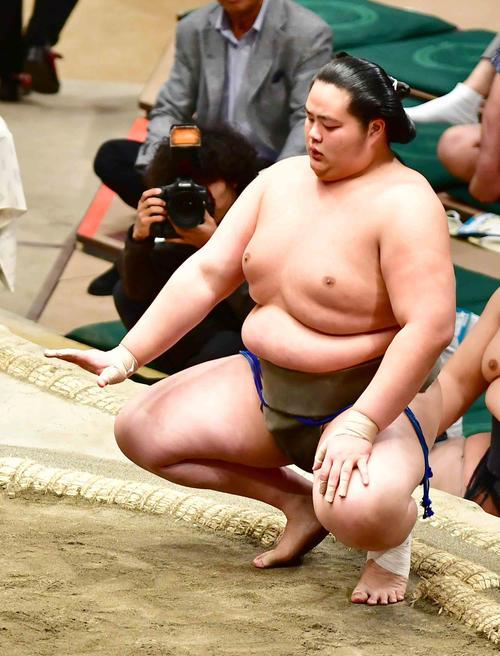 琴鎌谷は押し出しで美ノ海を破り勝ち名乗りを受ける(撮影・小沢裕)