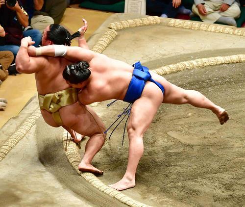 若隆景(右)は寄り倒しで石浦を下す(撮影・小沢裕)