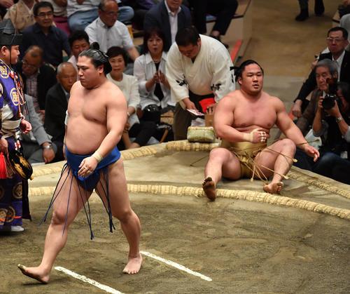若隆景(左)は石浦を寄り倒しで破る(撮影・柴田隆二)