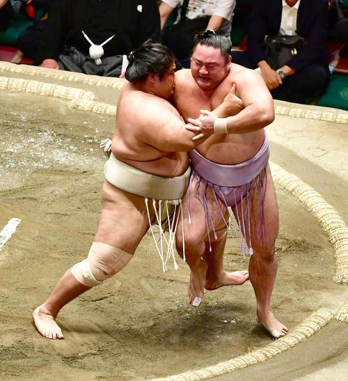 志摩ノ海(左)は琴恵光を寄り切りで下す(撮影・小沢裕)