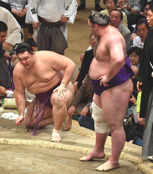 朝乃山(左)は栃ノ心を寄り切りで破る(撮影・柴田隆二)