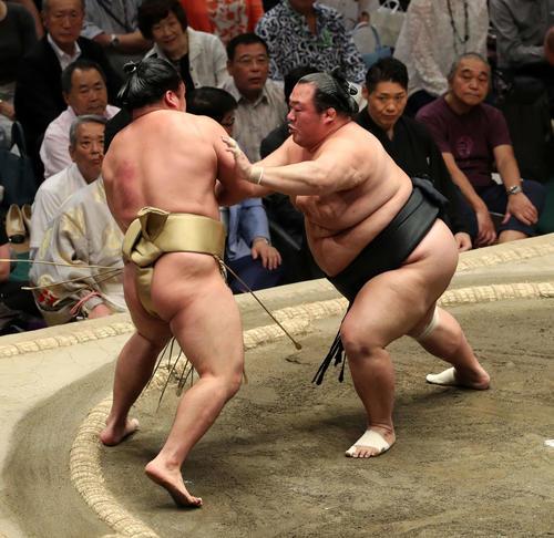 石浦(左)を押し出しで破る豊ノ島(撮影・鈴木正人)