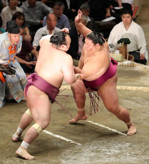 宝富士(左)を激しく攻める御嶽海(撮影・鈴木正人)