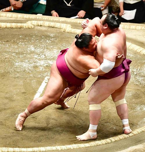 御嶽海(左)は寄り切りで宝富士を下す(撮影・小沢裕)