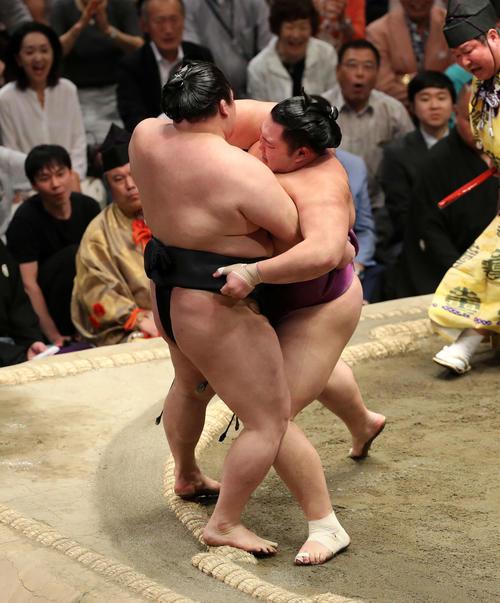 豪栄道(左)を寄り切りで破る朝乃山(撮影・鈴木正人)
